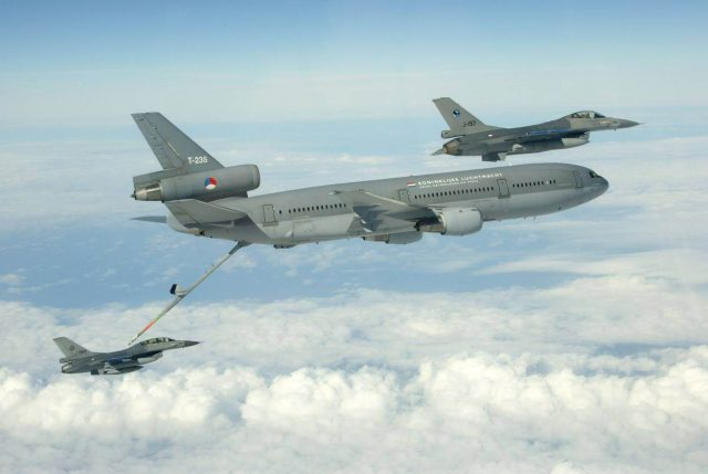KDC-10 refueling an F-16